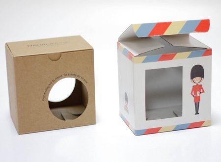Ejemplo de caja de cartón para tazas con hueco de ventana. Impresa.
